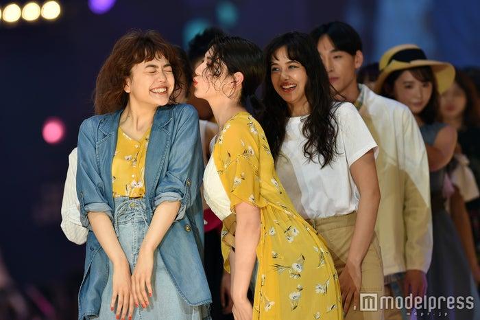 三吉彩花&松井愛莉がキス!?仲良しランウェイで沸かす<札幌コレクション2017>(C)モデルプレス