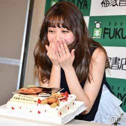 ケーキをプレゼントされた瞬間の表情をリクエストされ笑う加藤玲奈 (C)モデルプレス