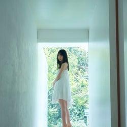 乃木坂46賀喜遥香、白キャミワンピで清楚感際立つ スレンダーな美しさで魅了