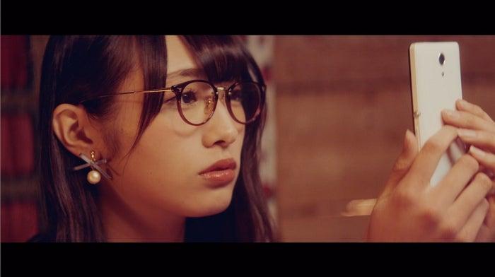 渡辺梨加「割れたスマホ」MVより(画像提供:ソニー・ミュージックレーベルズ)