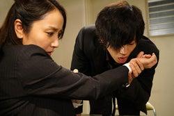 松坂桃李、矢田亜希子の手首をベロリ セクシーすぎて危険な怪演ぶり<不能犯>