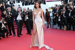 ベラ・ハディッド、際どいスリットドレスが今年も「セクシーすぎる」と話題に<カンヌ国際映画祭レッドカーペット>