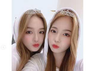 "NiziUリオ&アヤカ""似ているという噂""2ショットが話題「双子みたい」「女神が2人」メンバーの制服写真も"