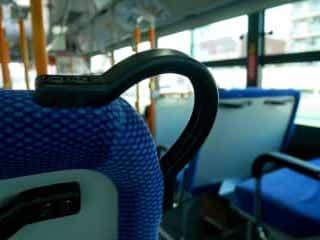 バスで白髪の男性に席を譲ったら… 「怒られた理由」にショック バスで白髪の男性が立っていたので、席を譲ったという投稿者。しかし、その後母親から注意を受けたそうで…