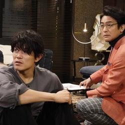 鈴木亮平、片岡愛之助「レンアイ漫画家」第1話より(C)フジテレビ
