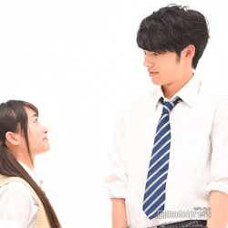 「向かい合って」と言われた福田愛依、岡田健史 (C)モデルプレス