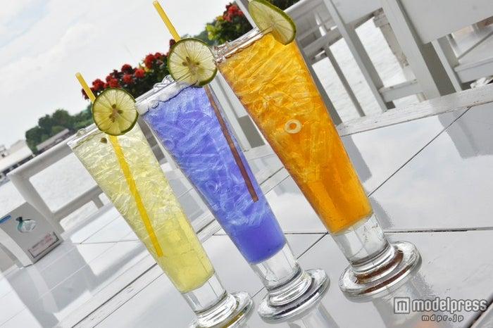 涼し気な3種類のお茶、中央はタイではポピュラーな青い花・アンチャンを使ったお茶