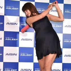 """モデルプレス - 稲村亜美、ナイトウェア姿で美脚輝く """"大人の神スイング""""披露"""