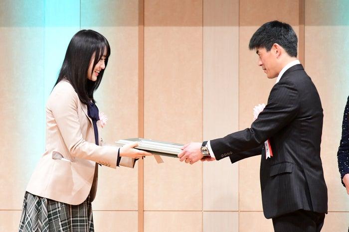 (左)菅井友香 (C)モデルプレス