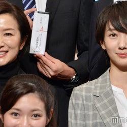 波瑠&鈴木京香ら、テレビ朝日入社式にサプライズ登場 プレゼントを手渡し