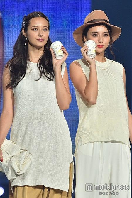 「神戸コレクション2015 A/W」に出演した浦浜アリサ(左)、石田ニコル【モデルプレス】
