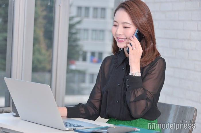 電話している姿さえ美しくスマート(C)モデルプレス