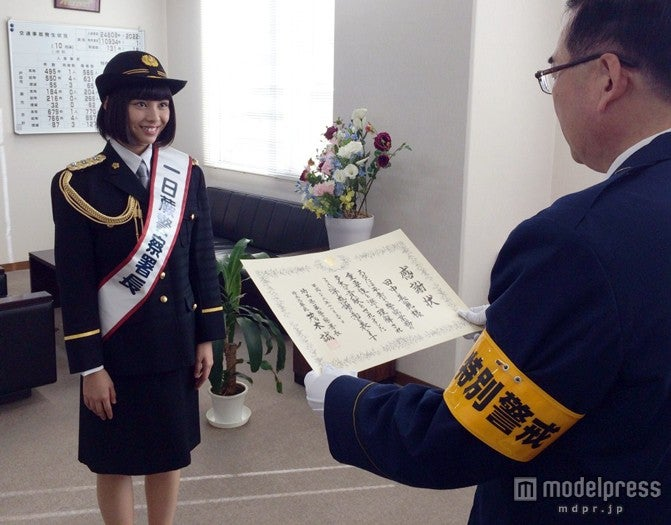 一日警察署長に就任した田中美麗