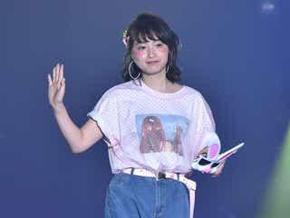 """""""日本一かわいい女子高生""""りこぴん登場に歓声 ショーパンで美脚魅せ"""