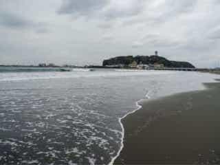 湘南の海、コロナ対策で異例の発表相次ぐ 「満員電車も中止して」の声も 新型コロナウイルス感染症の営業を鑑み、湘南エリアを擁する神奈川県では、県内の海水浴場が全域で中止の方向に。人々の反応は…