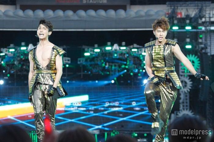 全国ツアーファイナル公演「東方神起 LIVE TOUR 2013~TIME~FINAL in NISSAN STADIUM」を開催した東方神起(左から)チャンミン、ユンホ