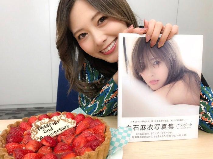 写真集発売2周年をケーキでお祝いする白石麻衣(提供写真)