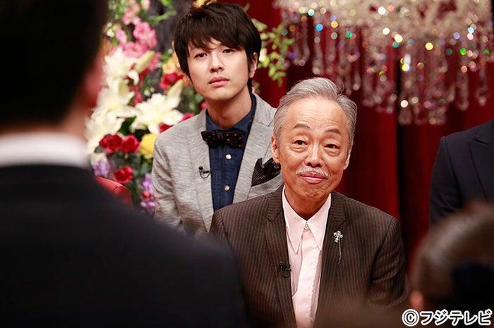 新入社員を見つめる(左から)ゆず・北川悠仁、谷村新司