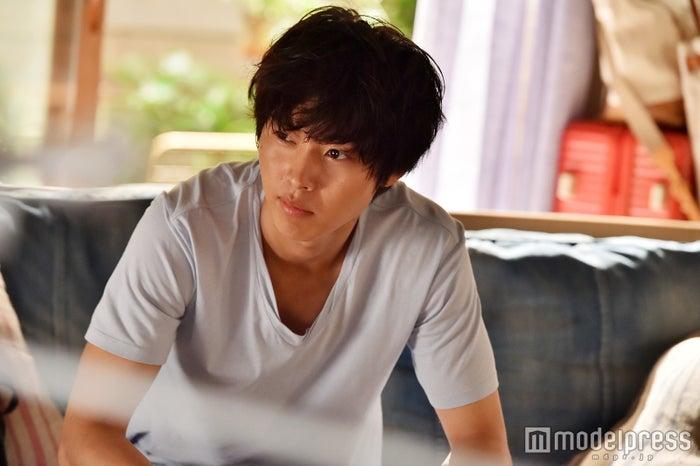 天才シェフ、次男の夏向を演じる山崎さん。ドライカレーを食べる姿や少しの表情の違いも入念にチェック!(C)モデルプレス