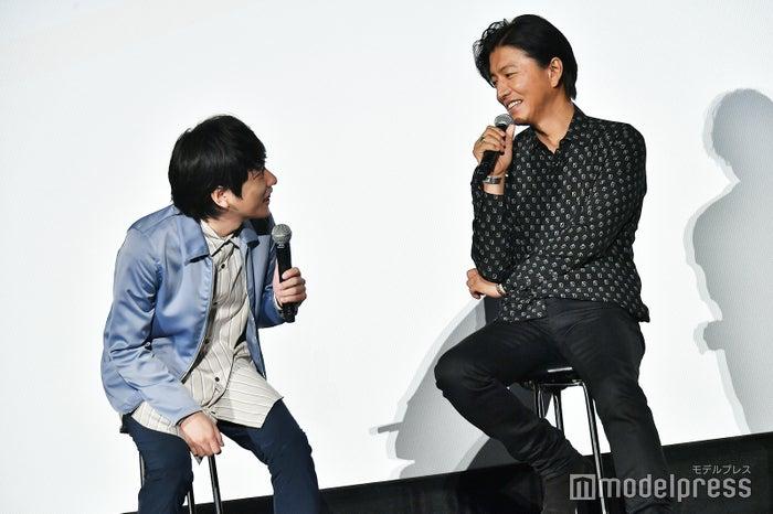 木村拓哉(右)の顔色をうかがう二宮和也(左)/(C)モデルプレス