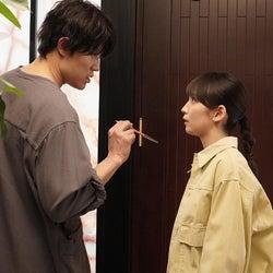 鈴木亮平、吉岡里帆「レンアイ漫画家」第1話より(C)フジテレビ