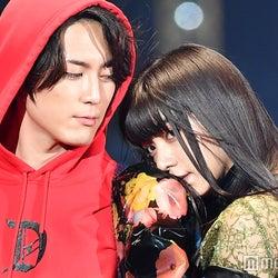 間宮祥太朗&池田エライザ、密着で肩にキス?2ショットが色っぽすぎる<TGC2017A/W>
