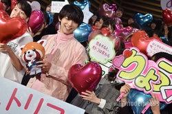 ファンと笑顔で会話する吉沢亮(C)モデルプレス