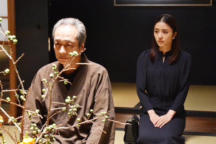 小日向文世、石原さとみ/「高嶺の花」第9話より(C)日本テレビ