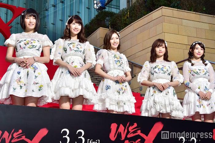 (左から)横山由依、柏木由紀、渡辺麻友、山本彩、宮脇咲良 (C)モデルプレス