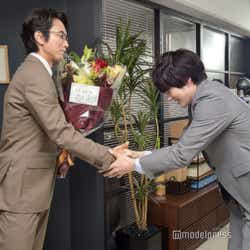 固い握手を交わす眞島秀和と林遣都。(C)モデルプレス