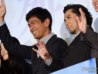 江口洋介、本木雅弘とがっちり握手「非常に刺激を受けた」「良い化学反応が出せた」