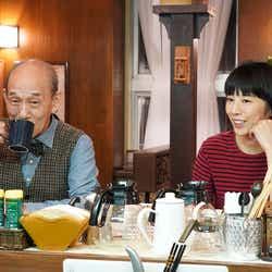 笹野高史、夏帆/「ニッポンノワール―刑事Yの反乱―」第1話より(C)日本テレビ
