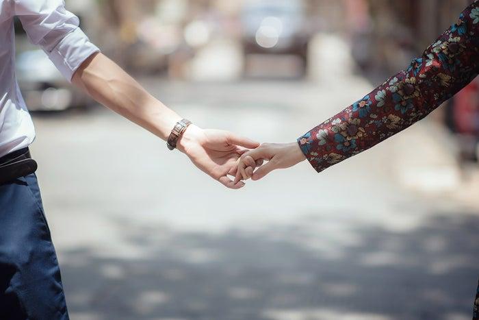 【手の繋ぎ方パターン1】指を軽く引っかける/photo by GAHAG