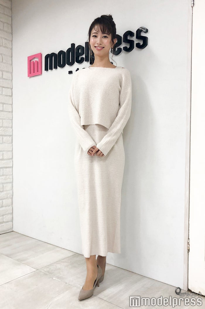 私服の海老原アナ。冬らしいホワイトのニットアップが素敵です(C)モデルプレス