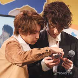 森田美勇人(右)にInstagramのレクチャーをする阿部顕嵐 (C)モデルプレス