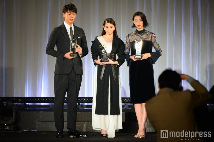 (左から)竹内涼真、河北麻友子、三吉彩花(C)モデルプレス