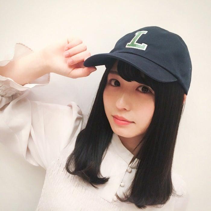 長濱える(L)/ラコステの帽子をかぶる長濱(提供写真)