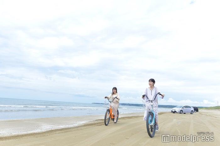 浜辺でサイクリングが楽しい!(C)モデルプレス