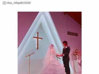 新垣里沙、ハワイ挙式を報告 純白ウェディングドレス姿で夫と2ショット