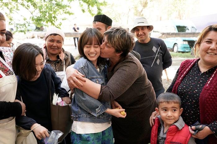 サマルカンドでの撮影終了後、撮影に参加したウズベキスタン人エキストラの人々に囲まれ、「かわいい」と写真をせがまれたり、現地の女性にキスされる前田敦子(C)2019「旅のおわり、世界のはじまり」製作委員会/UZBEKKINO