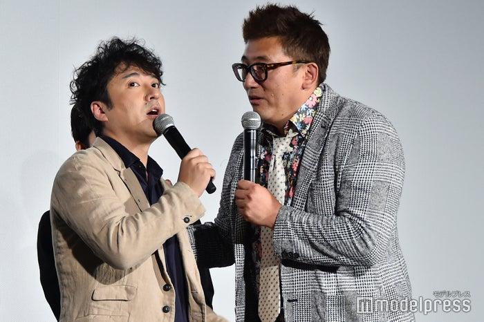 長澤まさみの理想のキスシーンを再現するムロツヨシと福田監督 (C)モデルプレス