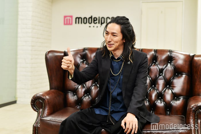 インタビューに応じたTAKAHIRO(上野隆博)/(C)モデルプレス