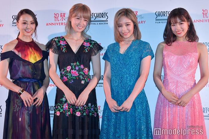 (左から)Dream Shizuka、Dream Ami、鷲尾伶菜、山口乃々華 (C)モデルプレス