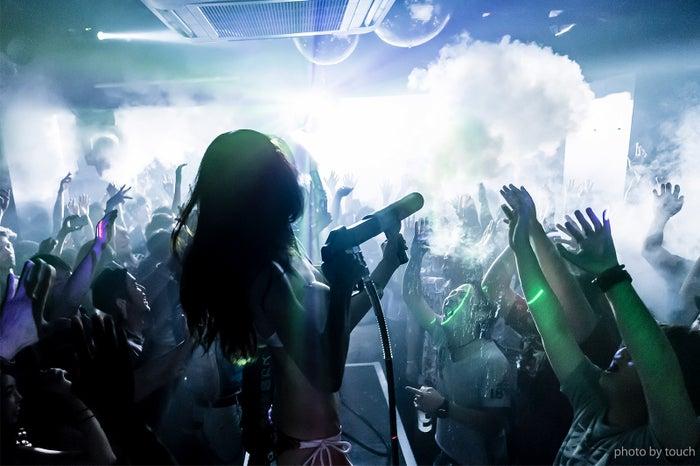 霧の中で踊る「スモーキーディスコ」渋谷clubasiaで初開催 シーシャや燻製フードも/画像提供:アフロ&コー
