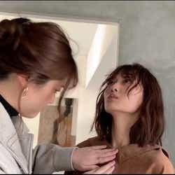 松村沙友理、山下美月の服を直す(提供写真)