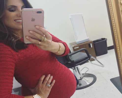 妊娠中の女性ニュースキャスター、生放送中に破水するも気丈に振る舞い番組続行