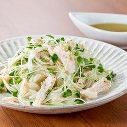 サラダチキンに一工夫!5分で作れる新玉ねぎのさっぱりサラダレシピ