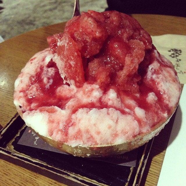 「いちご&小豆かき氷」9000ウォン/#서래마을 유명 #팥빙수 아니 정확히는 #딸기빙수 정말 맛나다!!! #summer #dessert #seoul #ice #delicious by viakstudio