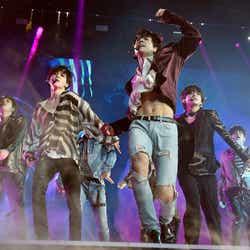 """モデルプレス - BTS(防弾少年団)JUNG KOOK、歌番組で胸元はだけるハプニング話題…RMが""""釈明"""""""