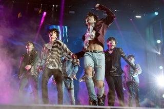"""BTS(防弾少年団)「JUNG KOOKの腹筋」にネット騒然 米ビルボード音楽賞で""""最高の瞬間13""""に選出"""